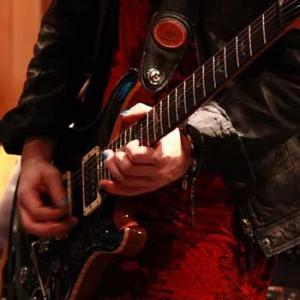 Audio-Interface - Bildausschnitt eines Gitarristen