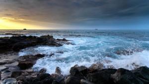 Meeresküste mit Schiffen am Horizont