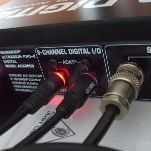 Geschichte der Musikproduktion - Bild von ADAT-Anschlüssen an einem Gerät