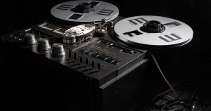 Geschichte der Musikproduktion - Bild einer alten Tonbandmaschine