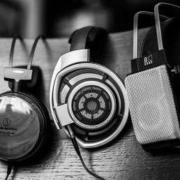 Geschichte der Musikproduktion - Bild von mehreren Headphones/Kopfhörern