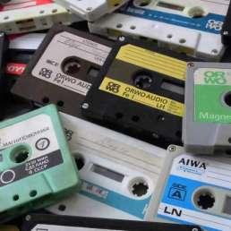 Geschichte der Musikproduktion - Bild eines Stapels von Kompaktkassetten