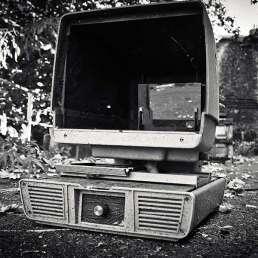 Geschichte der Musikproduktion - Bild eines alten, kaputten PCs