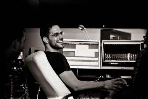 Chris Hörmann in einem Tonstudio